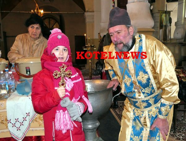 Ученичката Ирина Костова извади от купела Kръста на Богоявление в Котел